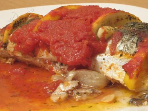 Macrou cu roşii, usturoi şi lămâie la cuptor