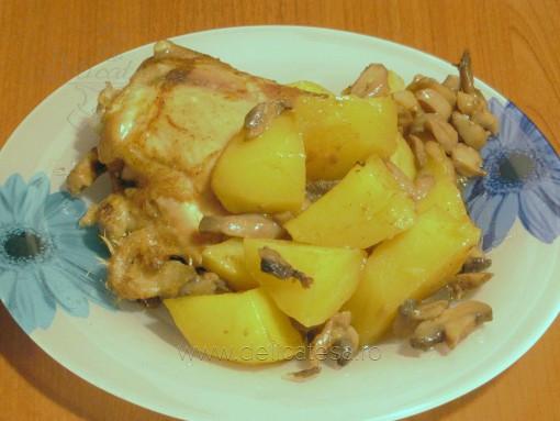 Pulpe de pui cu ciuperci şi cartofi la cuptor