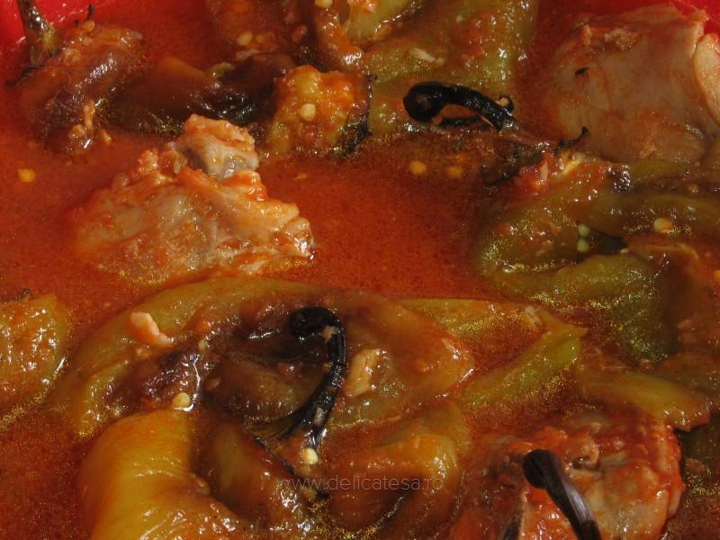 pulpe de pui cu ardei copt in sos de bulion