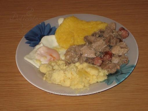 Tochitură de porc cu ficăţei şi pipote de pui