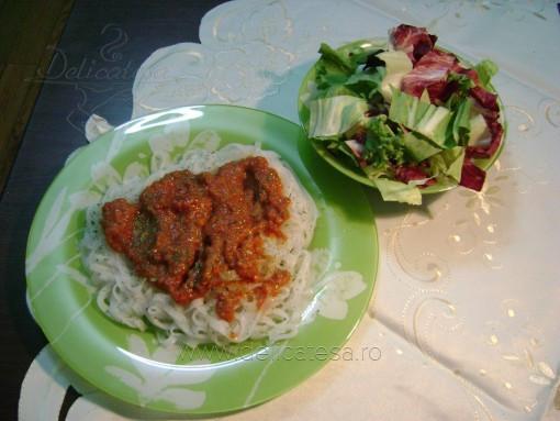 Paste din orez cu sos şi carne de vită