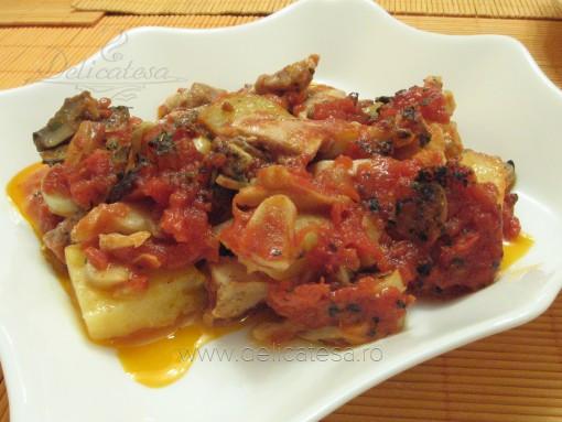 Pui în sos de roşii cu ciuperci şi cartofi la cuptor