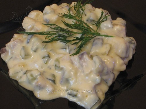 Salată grecească cu peşte marinat
