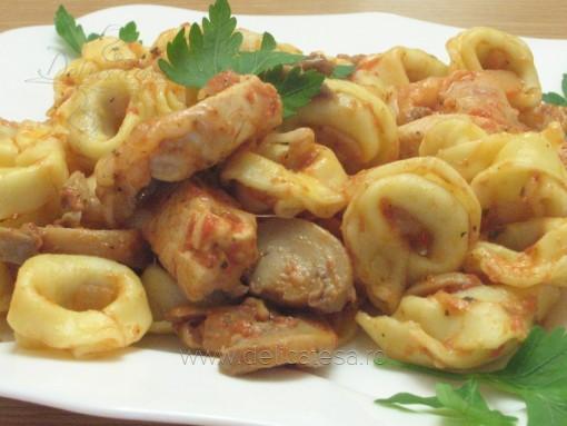 Tortellini cu piept de pui, ciuperci şi sos de roşii