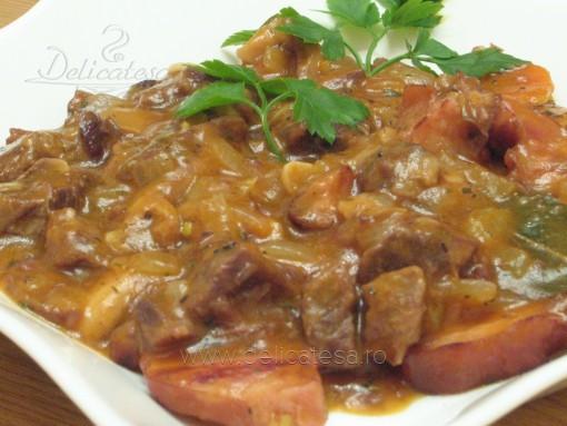 Tocăniţă cu ciuperci, afumătură şi carne de vită