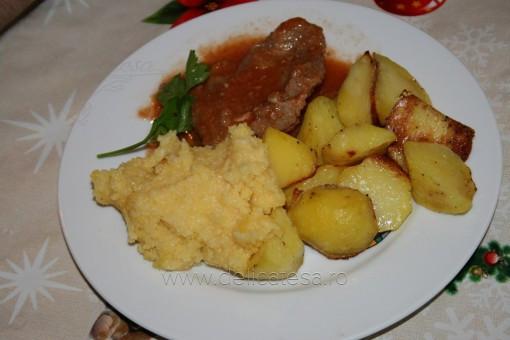 Friptură de vită cu sos de roşii şi cartofi la cuptor