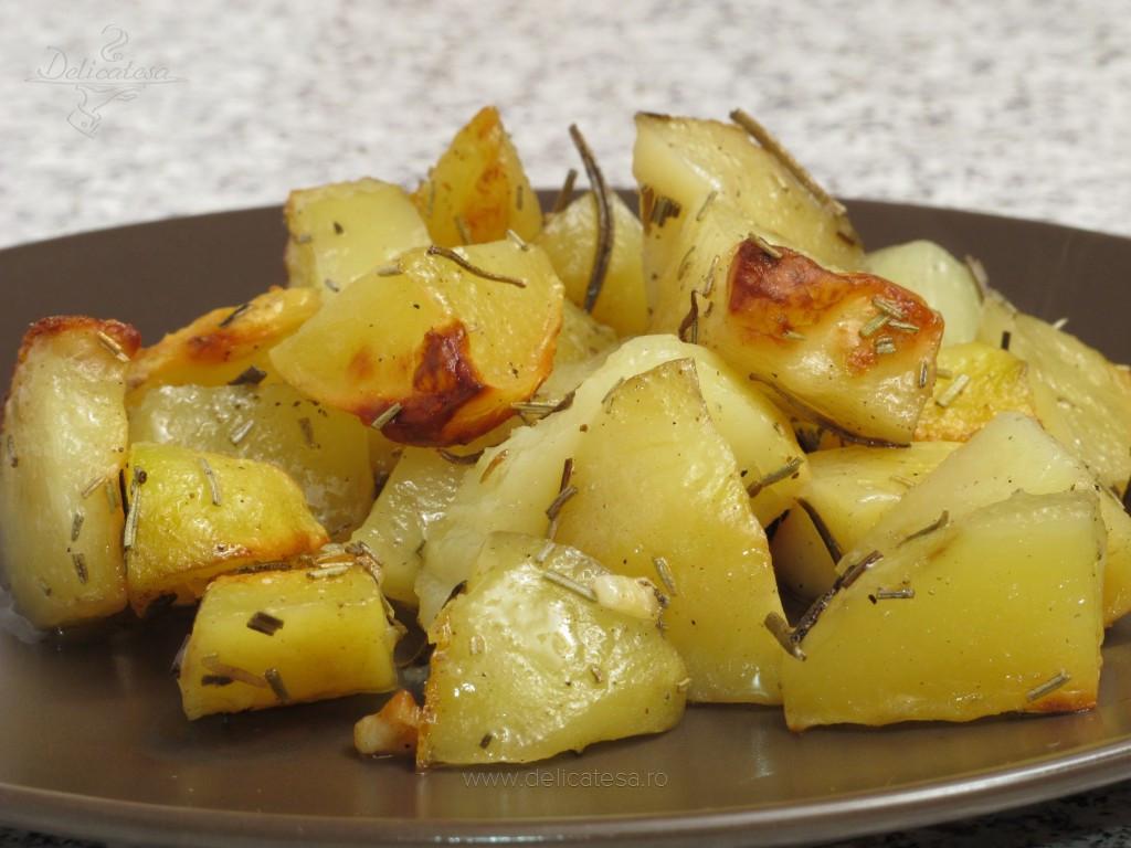 Cartofi cu usturoi şi rozmarin la cuptor
