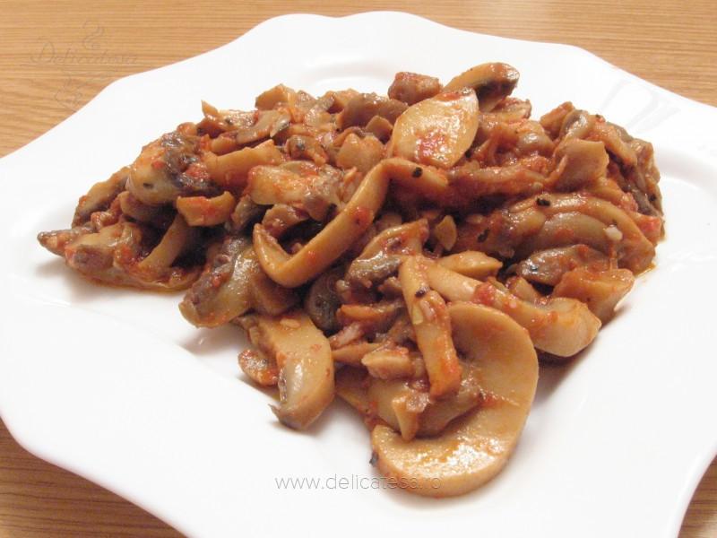 Ciuperci cu sos de roşii şi usturoi