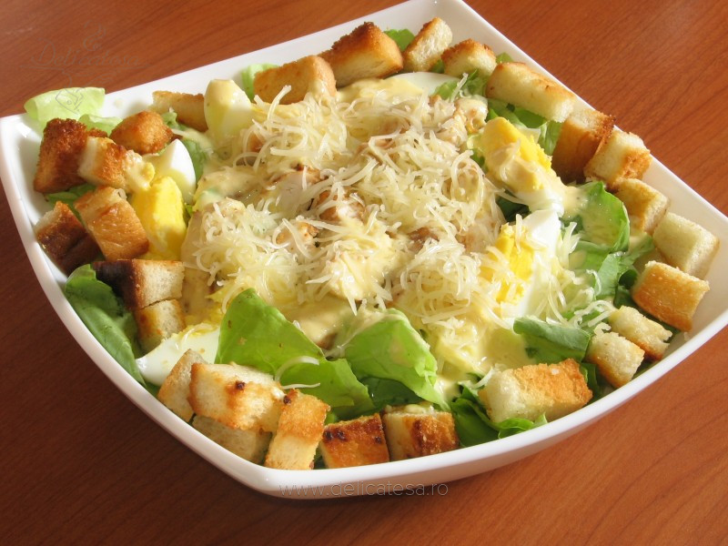 Pui grătar cu ou, crutoane şi salată verde