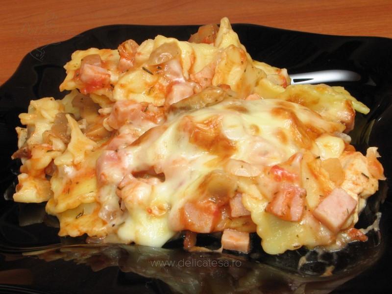 Ravioli cu brânză, şuncă, piept de pui, ciuperci şi suc de roşii