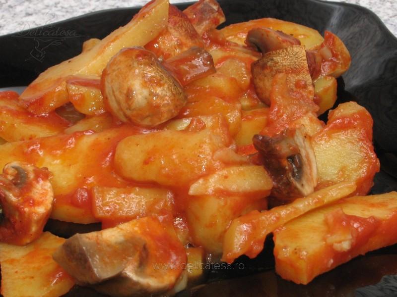 Cartofi cu ciuperci şi bulion la cuptor