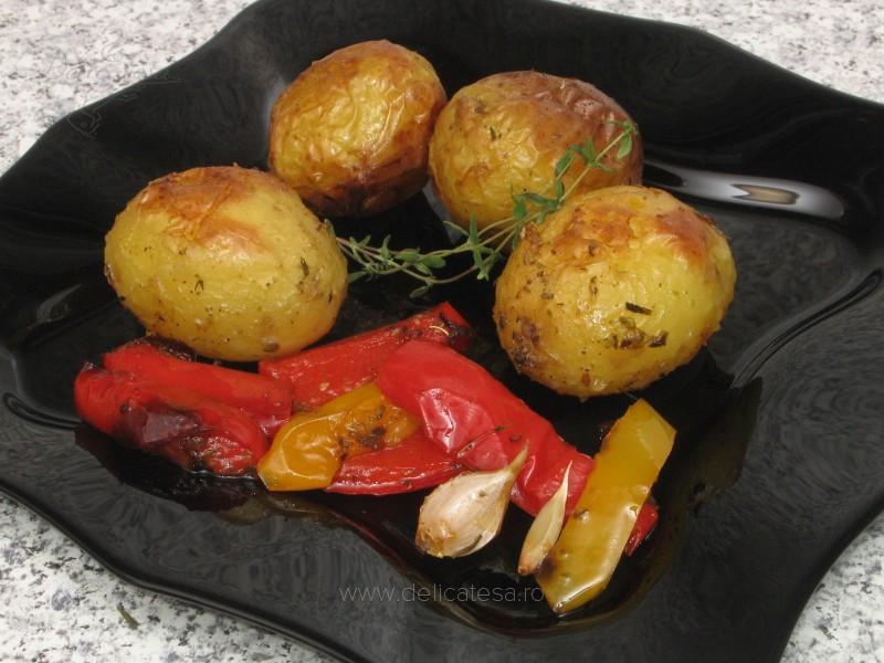 Cartofi noi cu ardei la cuptor