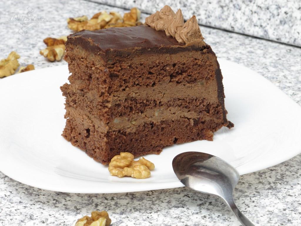 Prăjitură cu cremă de ciocolată şi nuci