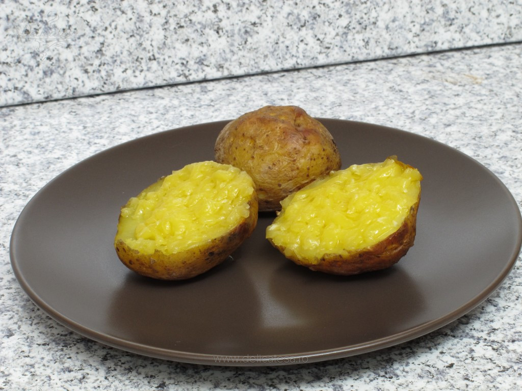 Cartofi în coajă la cuptor