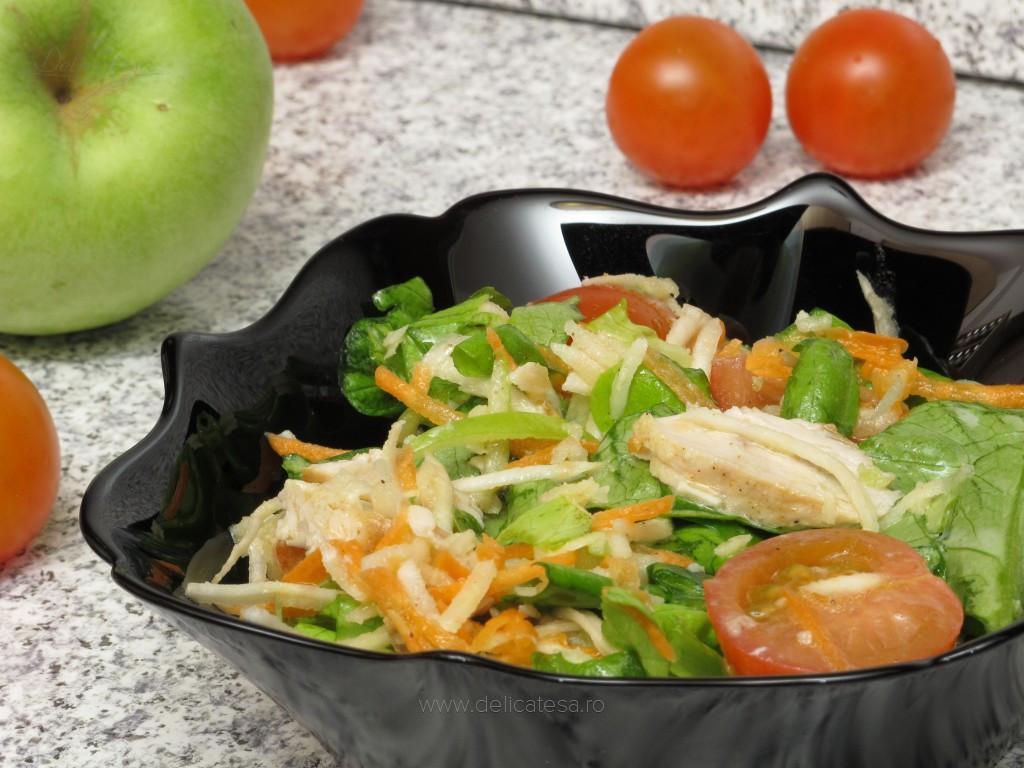 Salată verde cu piept de pui şi crudităţi