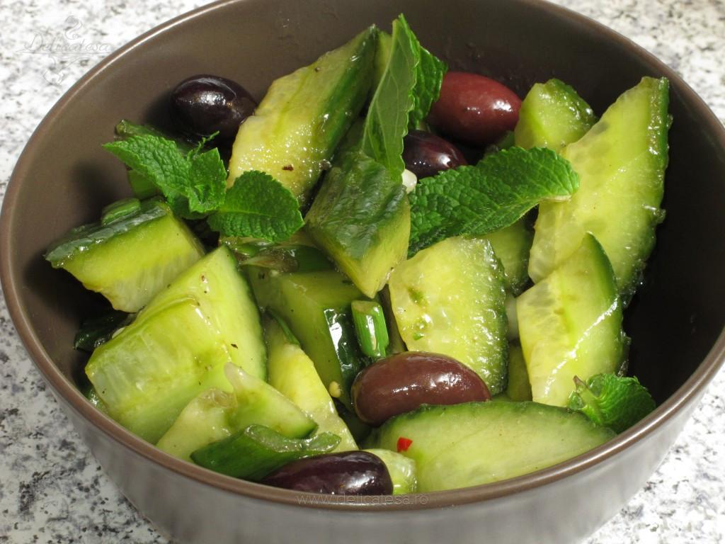 Salată de castraveţi cu ceapă verde şi măsline