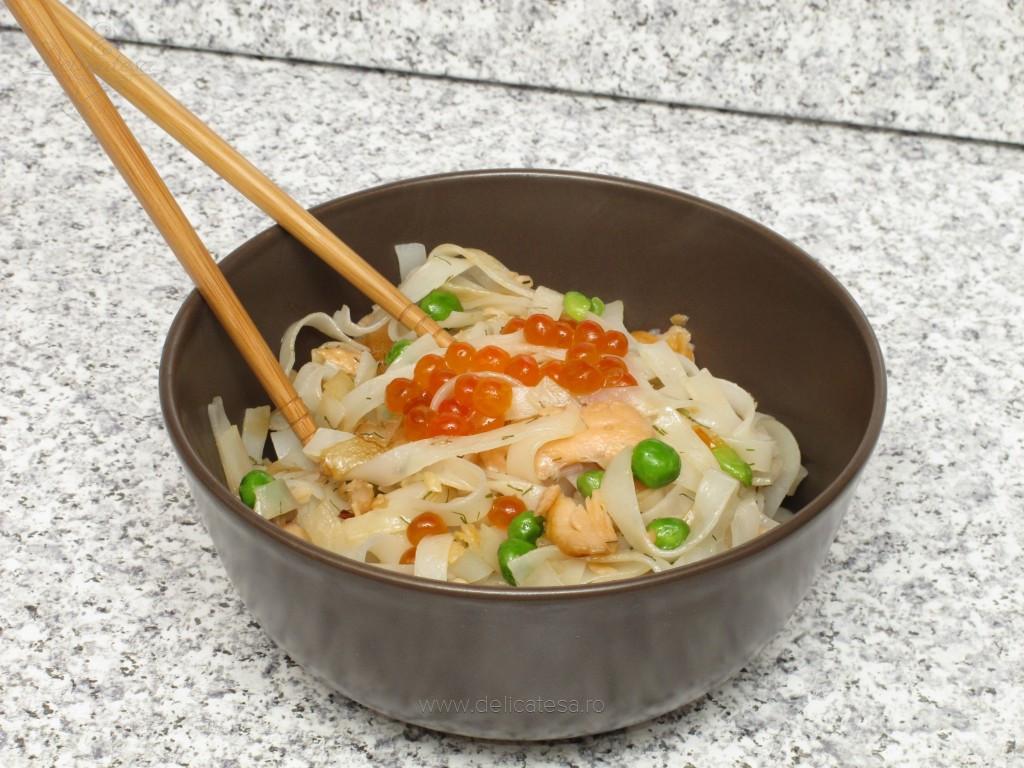 Paste de orez cu mazăre şi somon