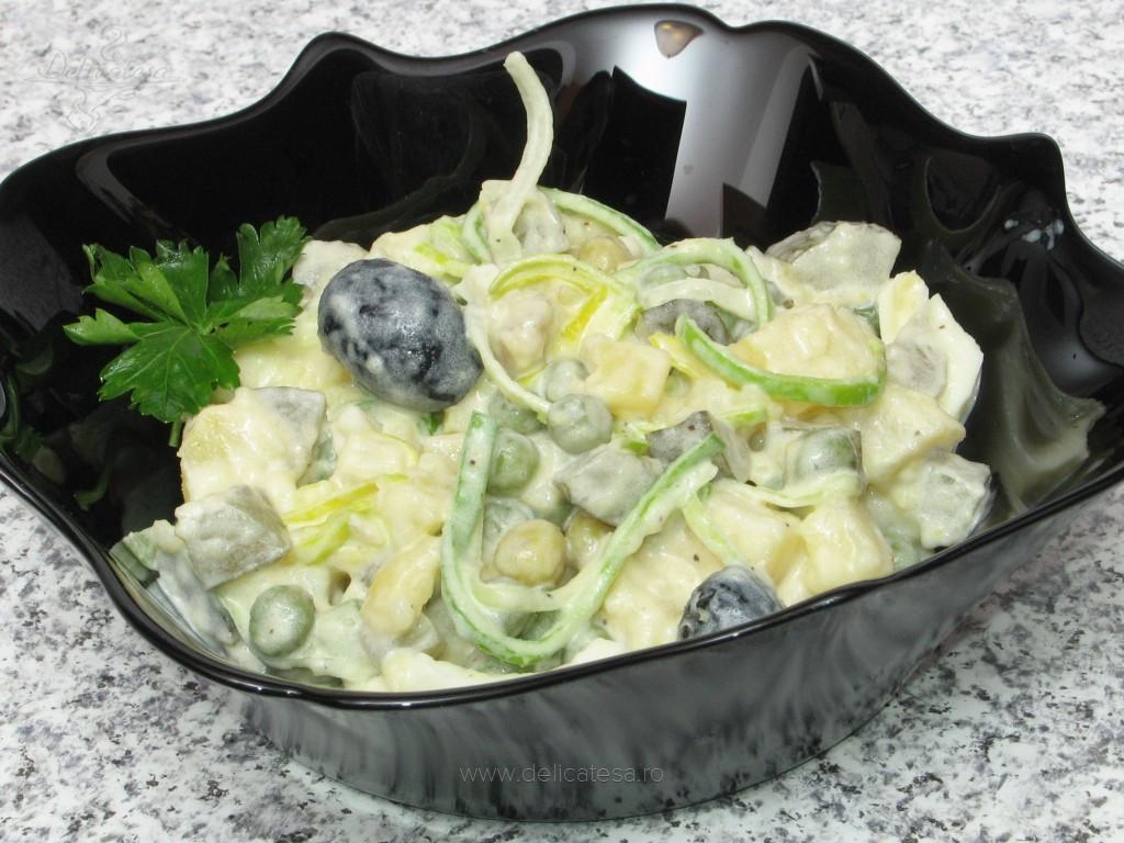Salată de cartofi cu mazăre şi maioneză