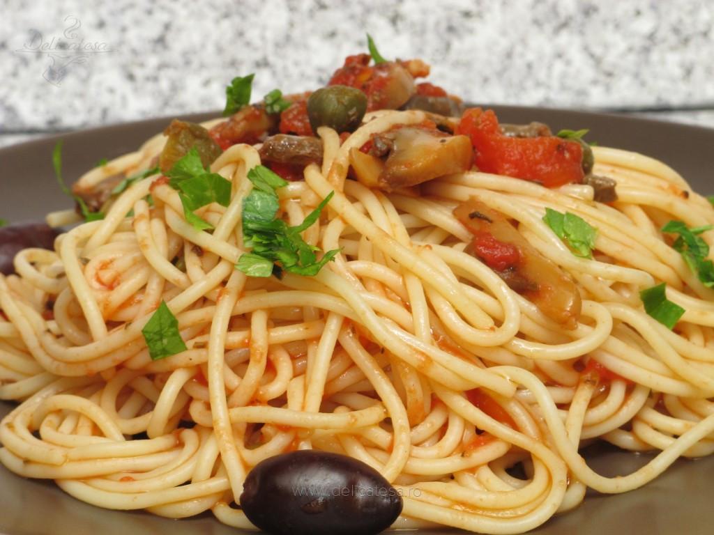 Spaghetti cu sos de roşii, capere şi ciuperci