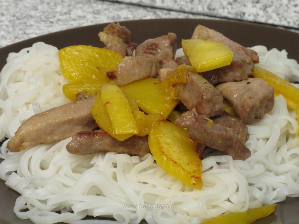 Porc cu mango şi paste din orez