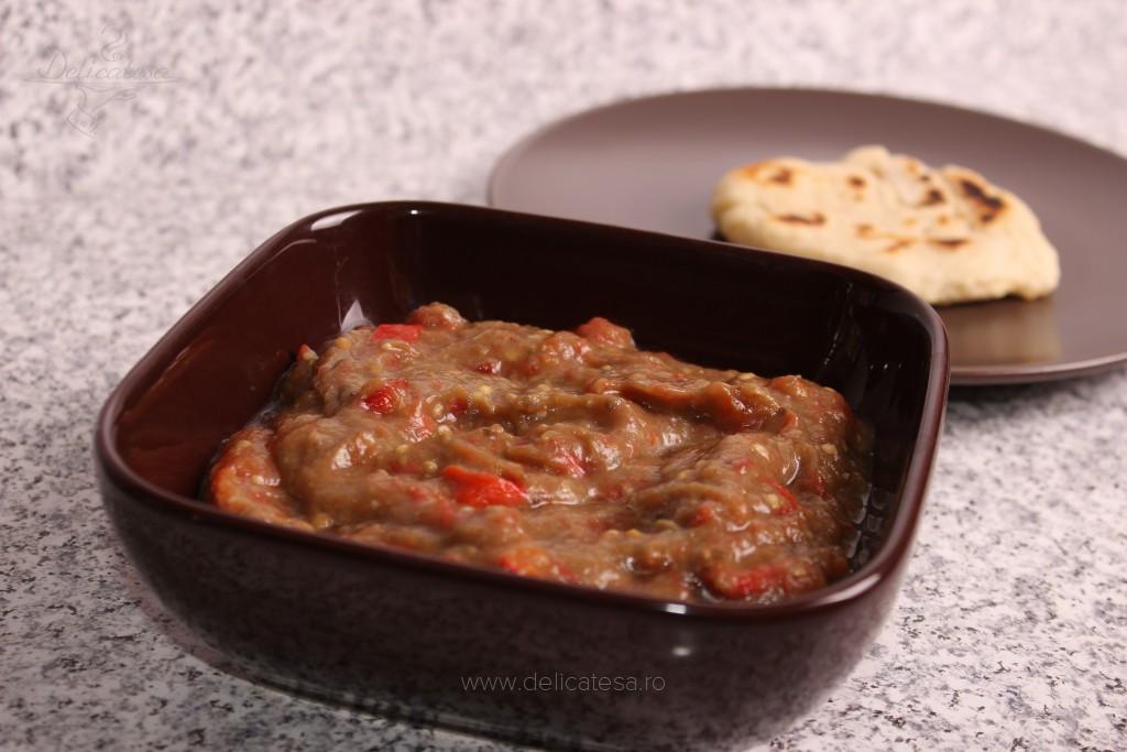 Salată de vinete cu roşii coapte şi ardei copţi