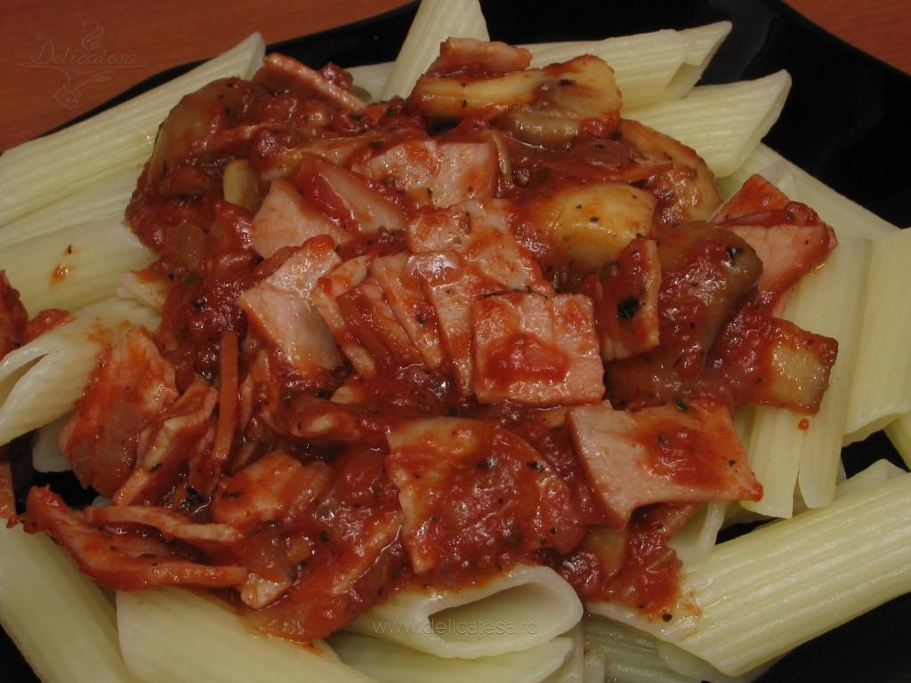 Penne cu şuncă, ciuperci şi sos de roşii