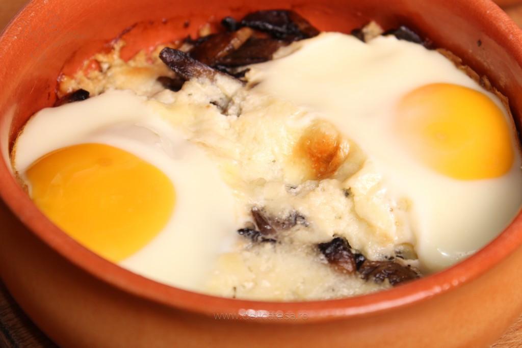 Ouă cu ciuperci, kaizer şi brânză la cuptor