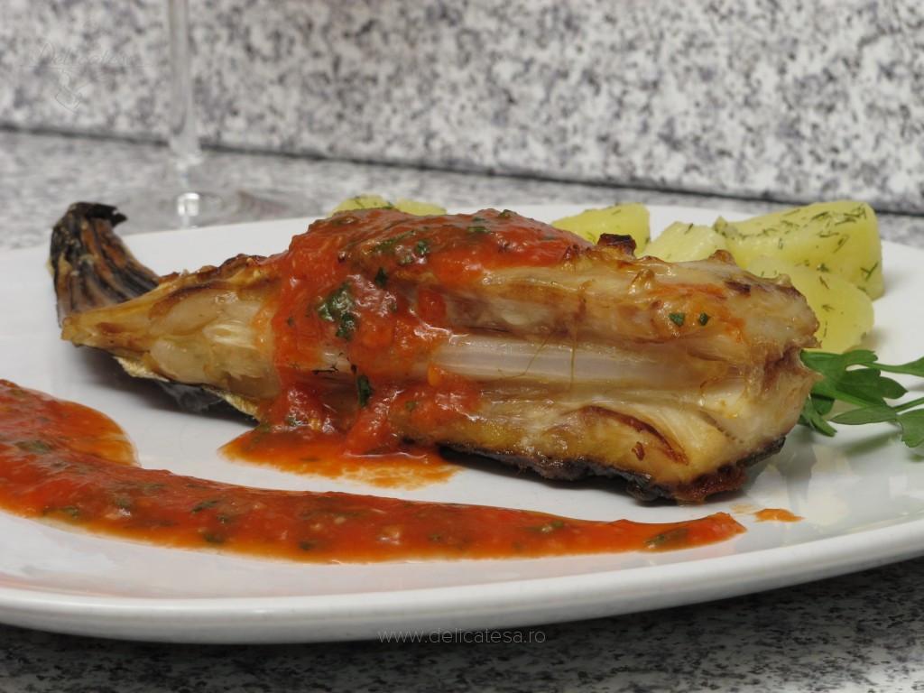 Calcan la grătar cu sos de roşii şi usturoi