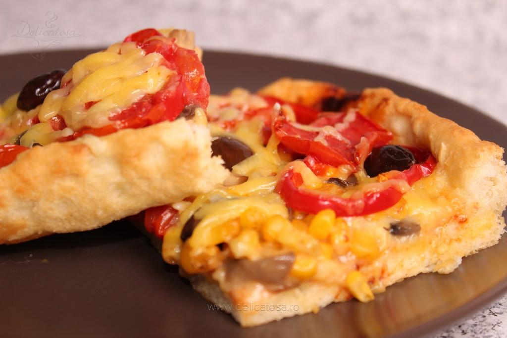 Pizza cu roşii şi ardei