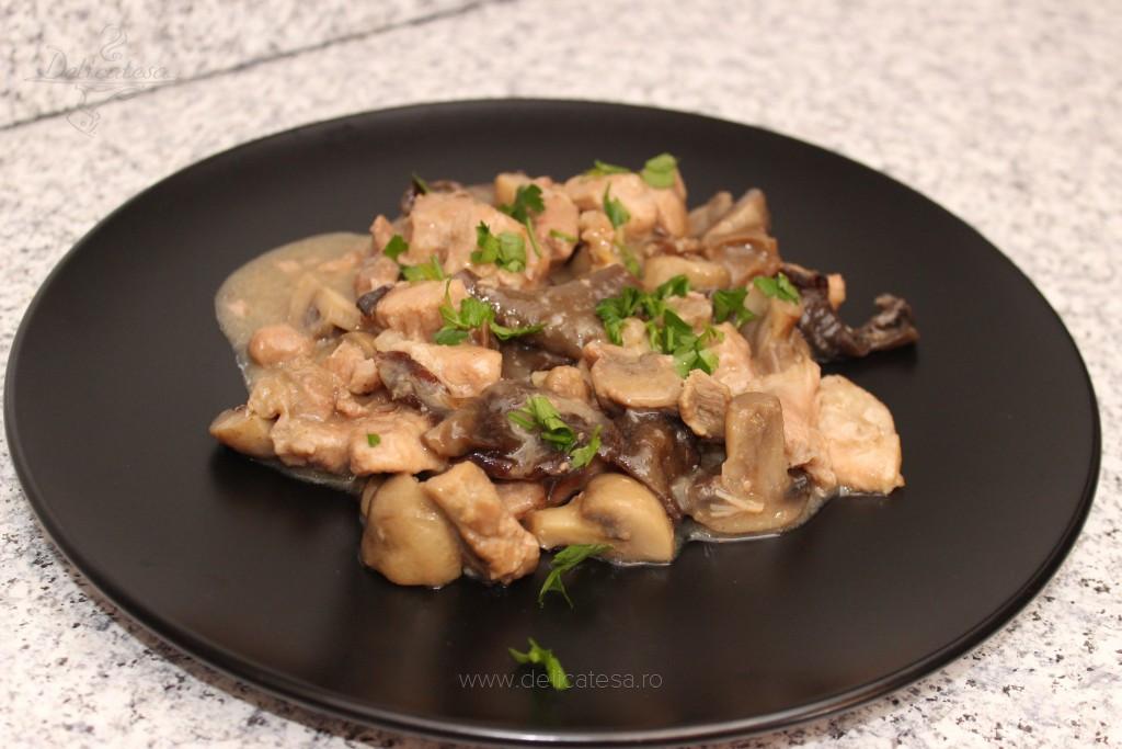 Carne de porc cu ciuperci uscate şi ciuperci champignon