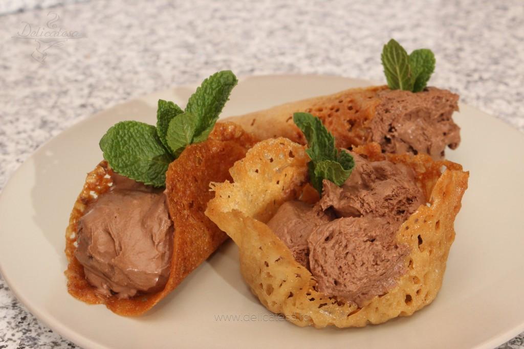 Coşuleţe dantelate cu brandy şi mousse de ciocolată