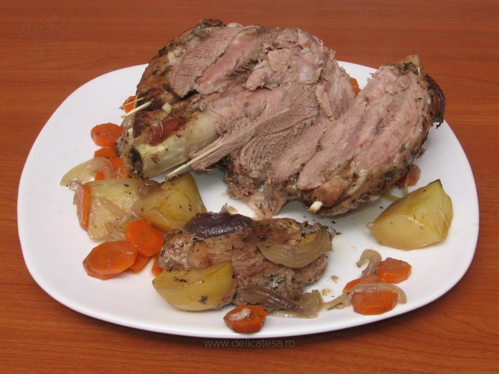 Friptură de curcan şi porc la tavă cu legume
