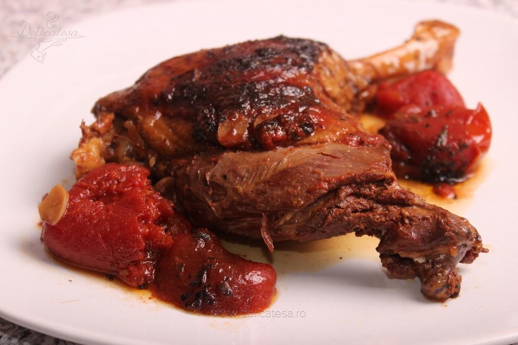 Pulpă de cocoş cu vin şi roşii la slow cooker