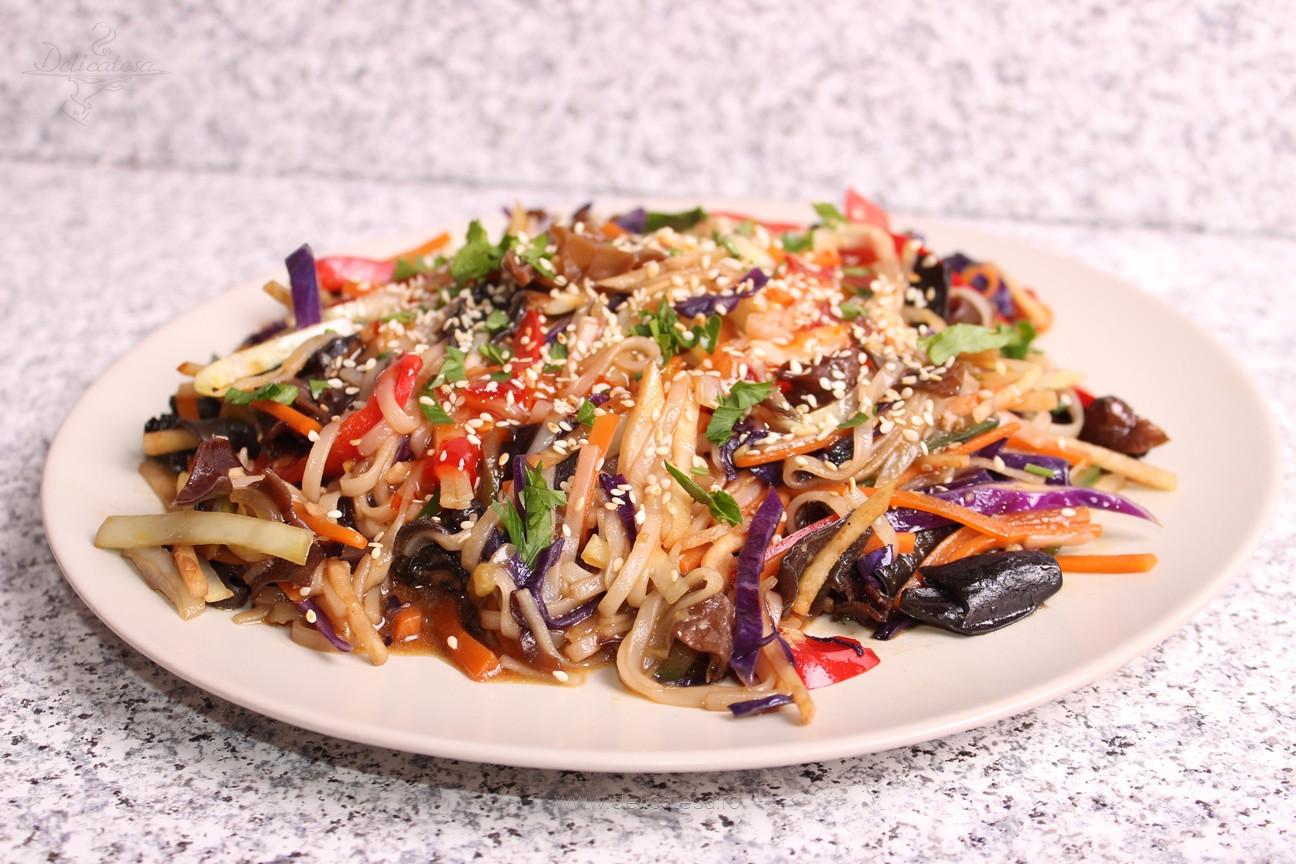 Legume cu tăiţei de orez la wok