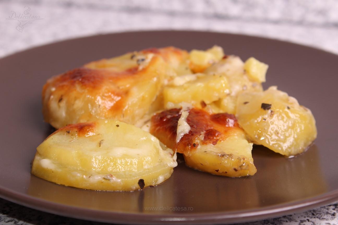 Cartofi cu smântână şi mozzarella la cuptor