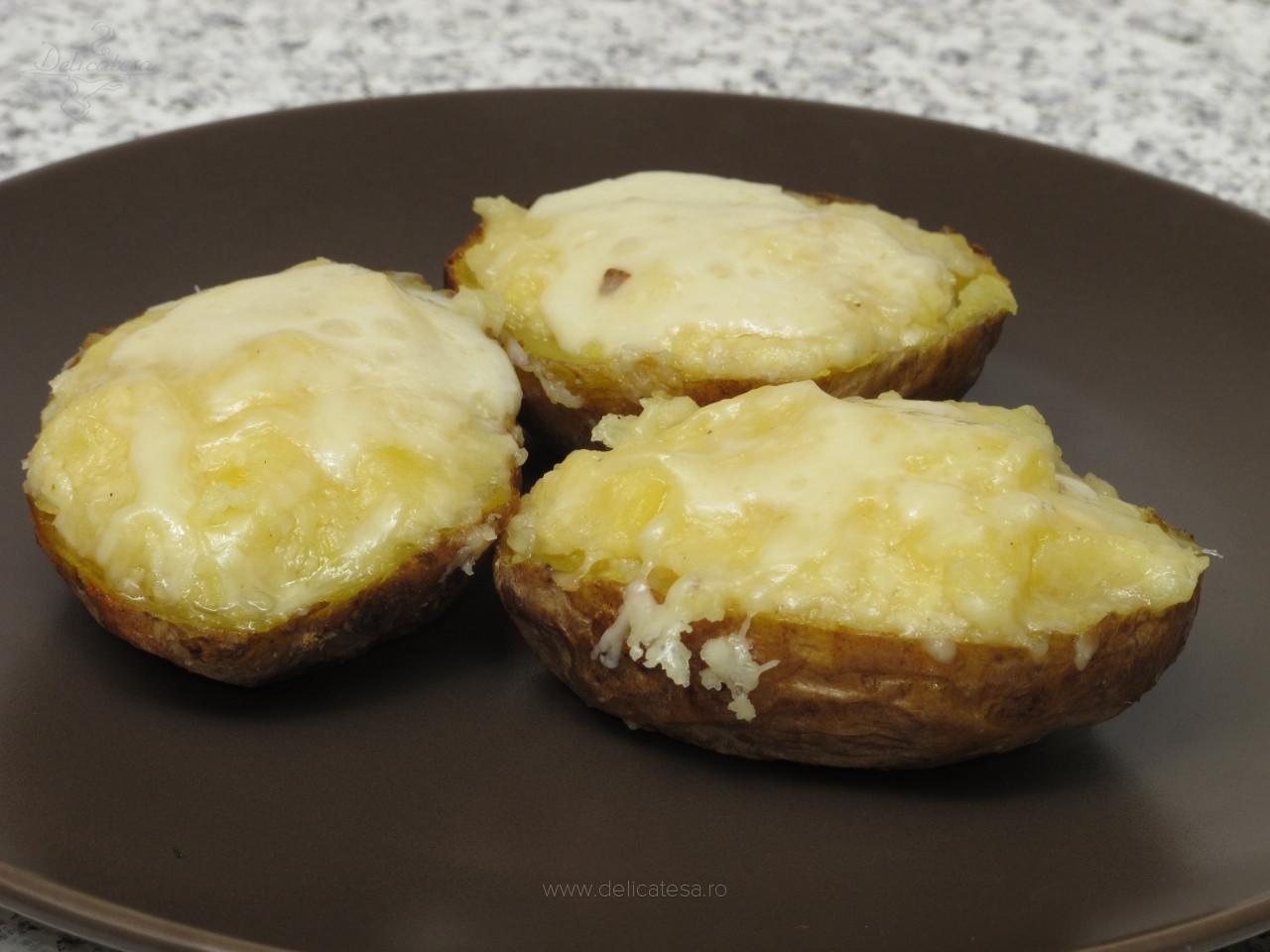 Cartofi copţi cu maioneză şi caşcaval