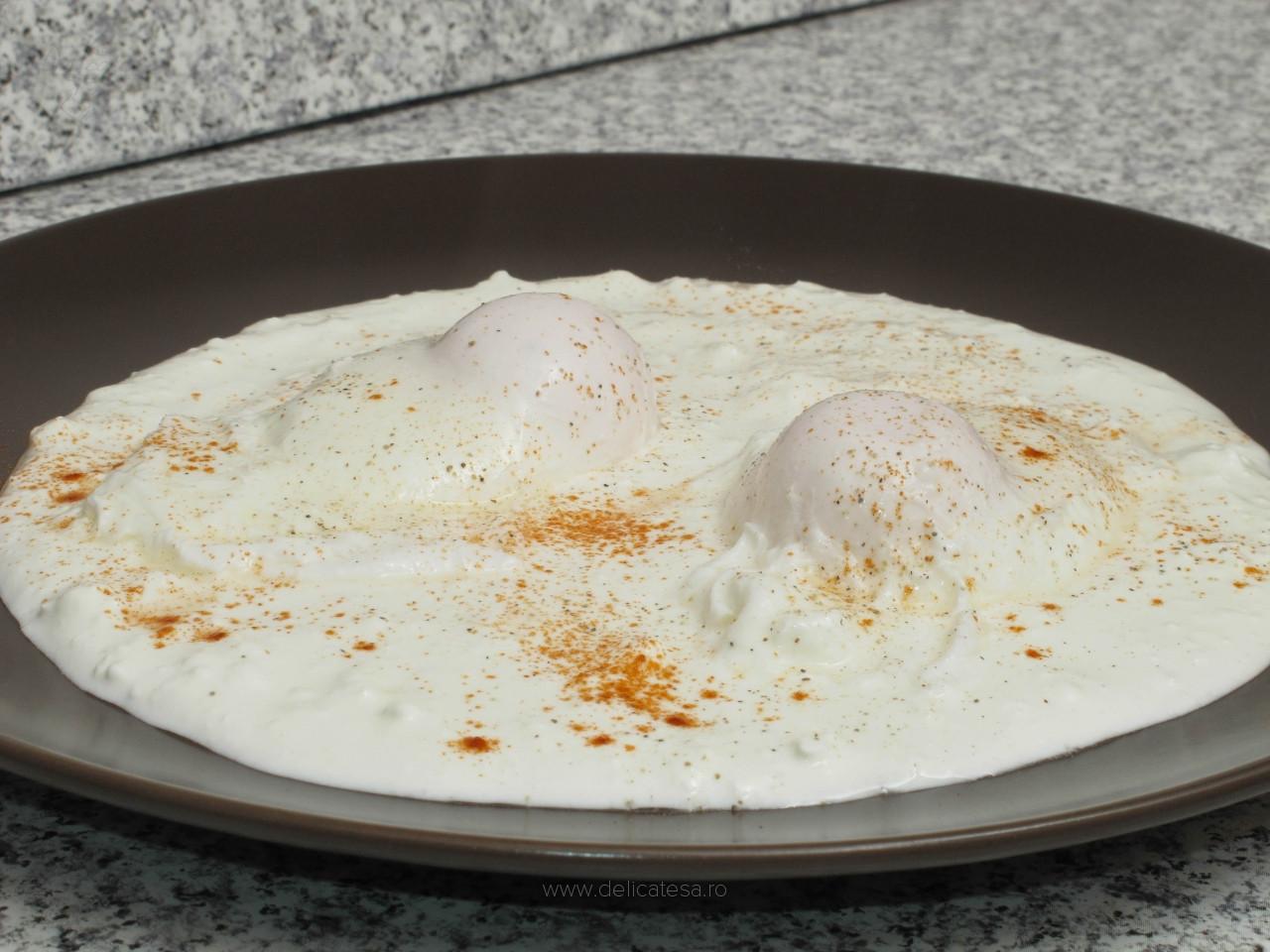 Ouă poșate pe strat de brânză