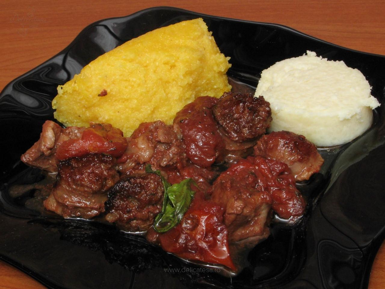 Carne de porc și cârnați de casă cu roșii la cuptor