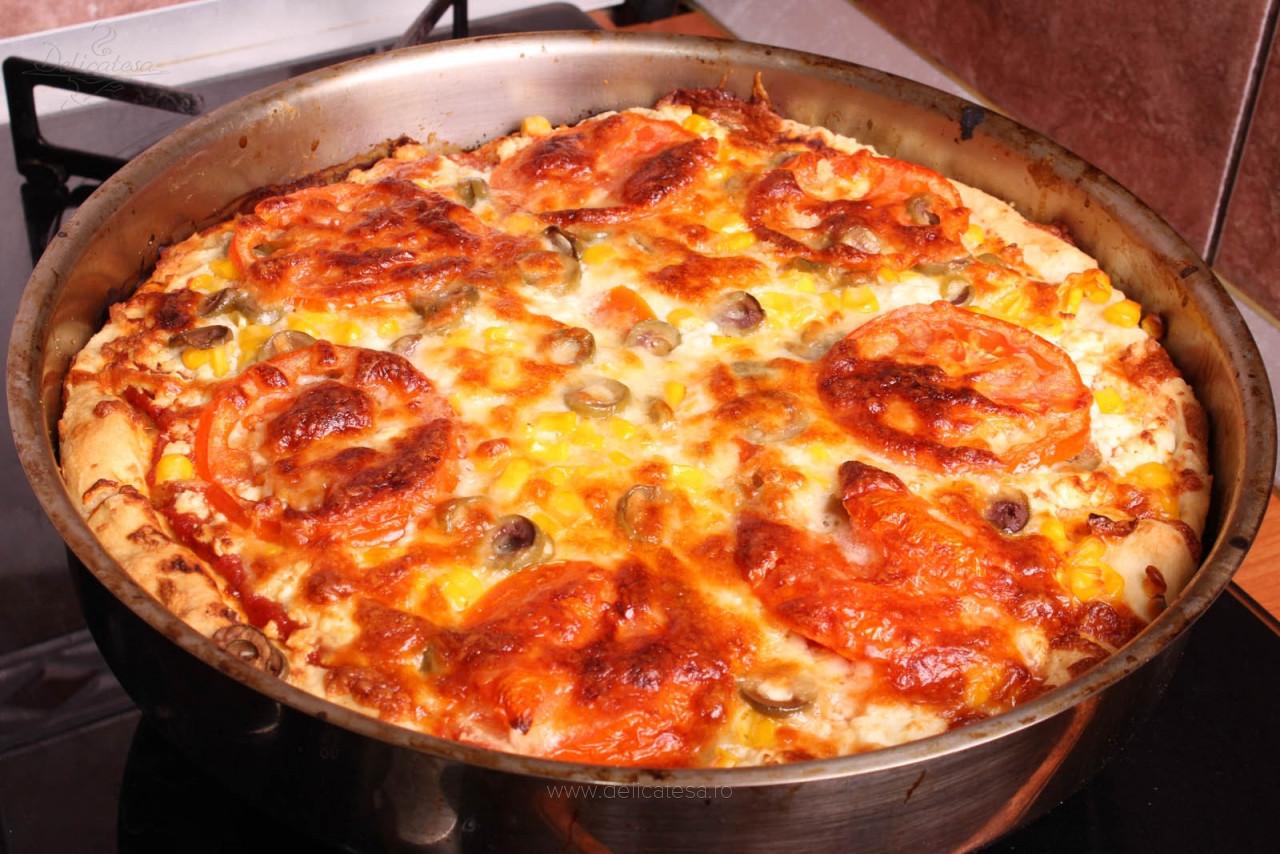 Pizza cu brânză și porumb