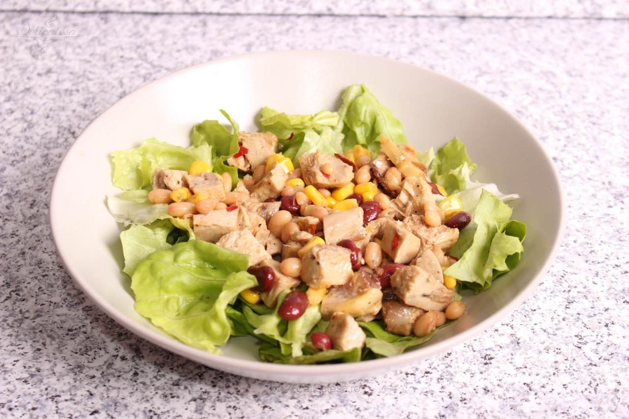 Salată cu piept de pui, fasole și porumb