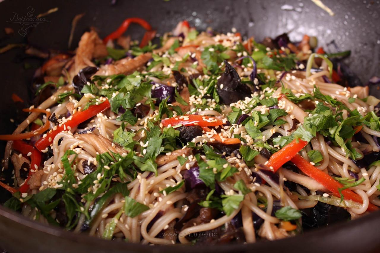 Piept de curcan cu legume și tăiței de orez la wok