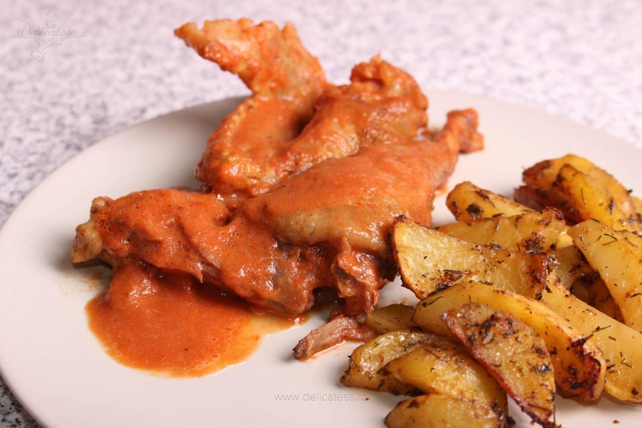 Pulpe și aripi de găină cu sos picant de roșii și portocală la slow cooker
