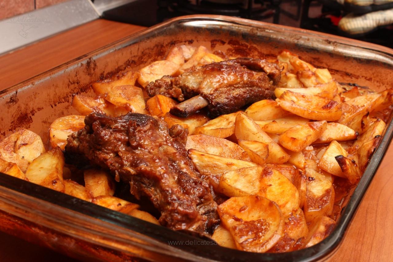 Cartofi cu porc în untură la cuptor