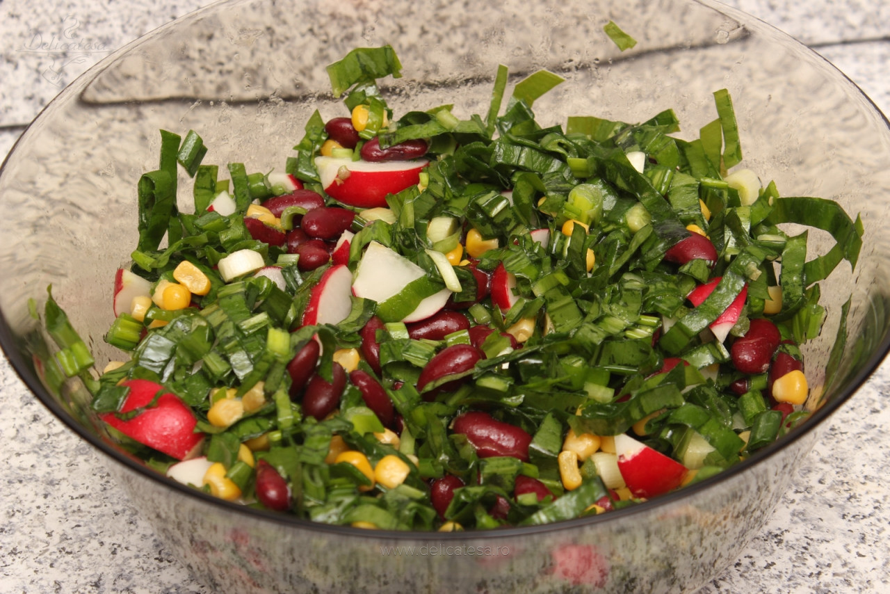 Salată de leurdă cu fasole roșie și porumb