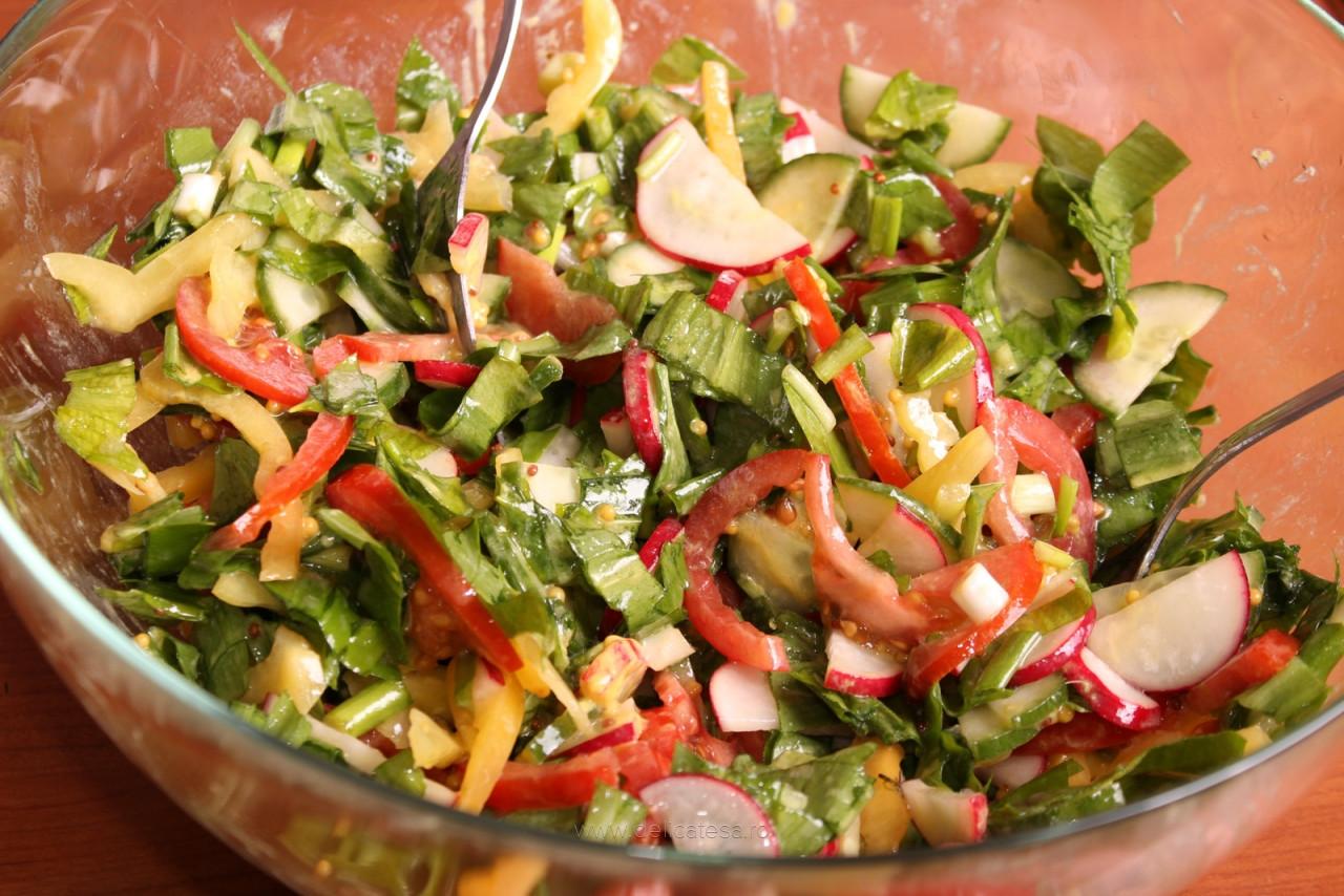 Salată de leurdă cu roșii, ridichi și castraveți