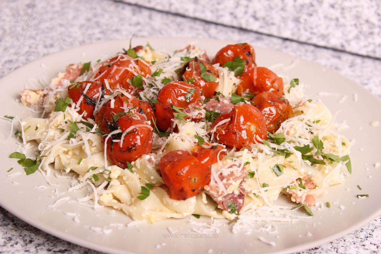 Tagliatelle cu șuncă, brânză și roșii cherry