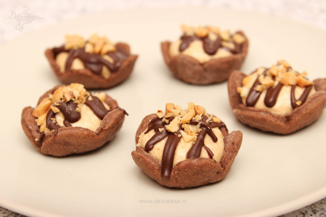 Coșulețe de ciocolată cu cremă de mascarpone și unt de arahide