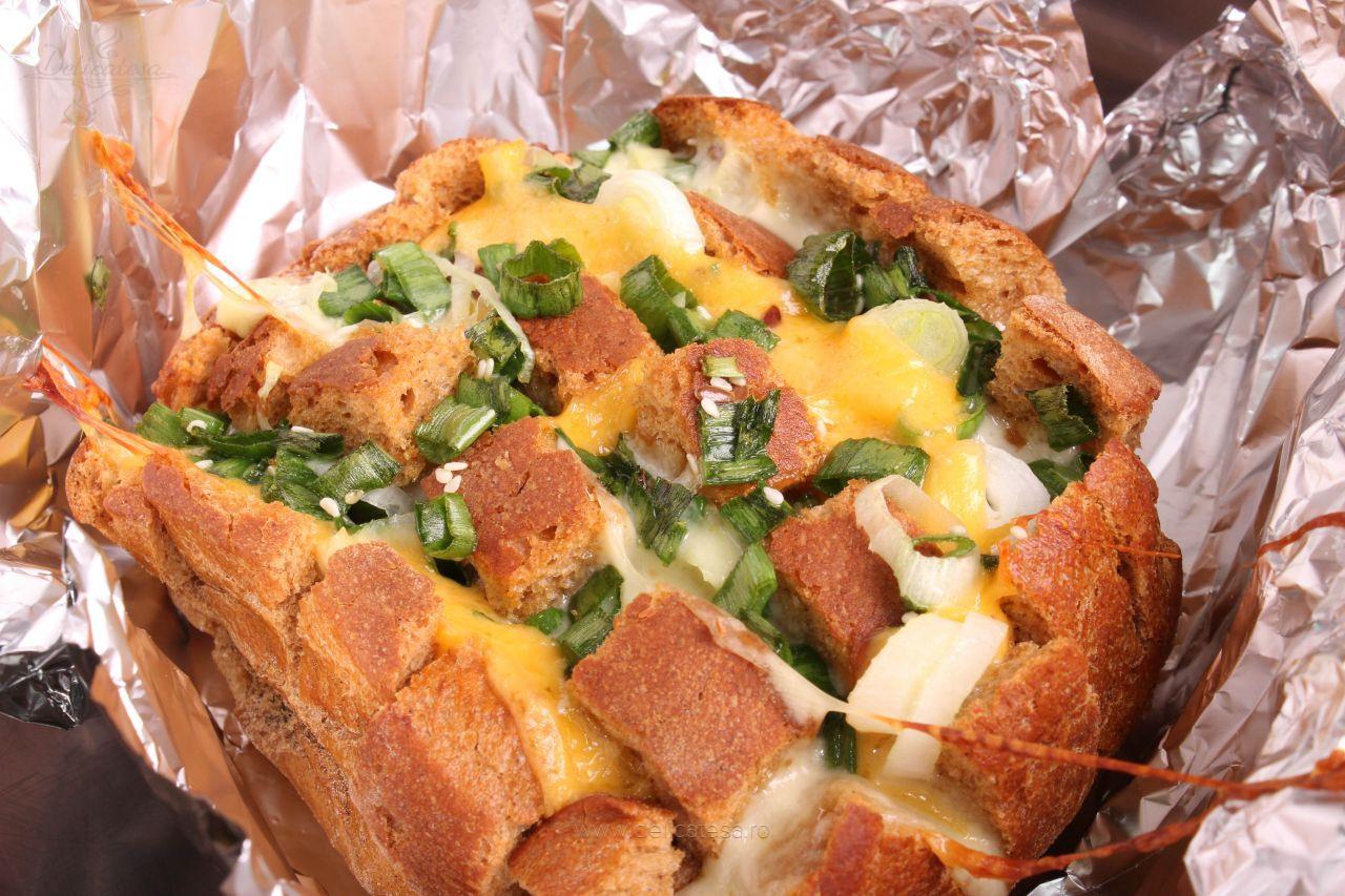 Pâine cu ceapă și brânză cheddar