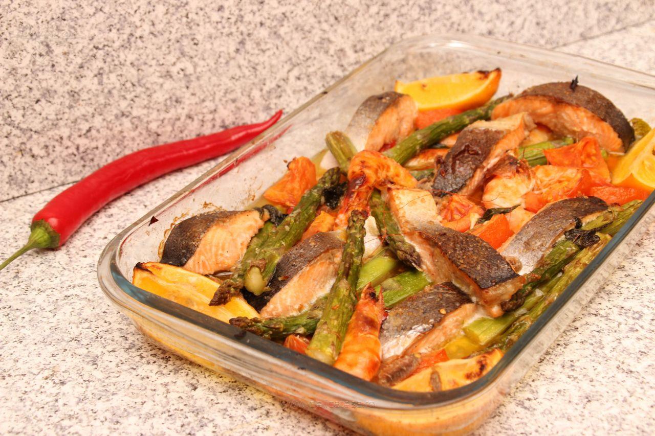 Somon cu creveți și legume la grill