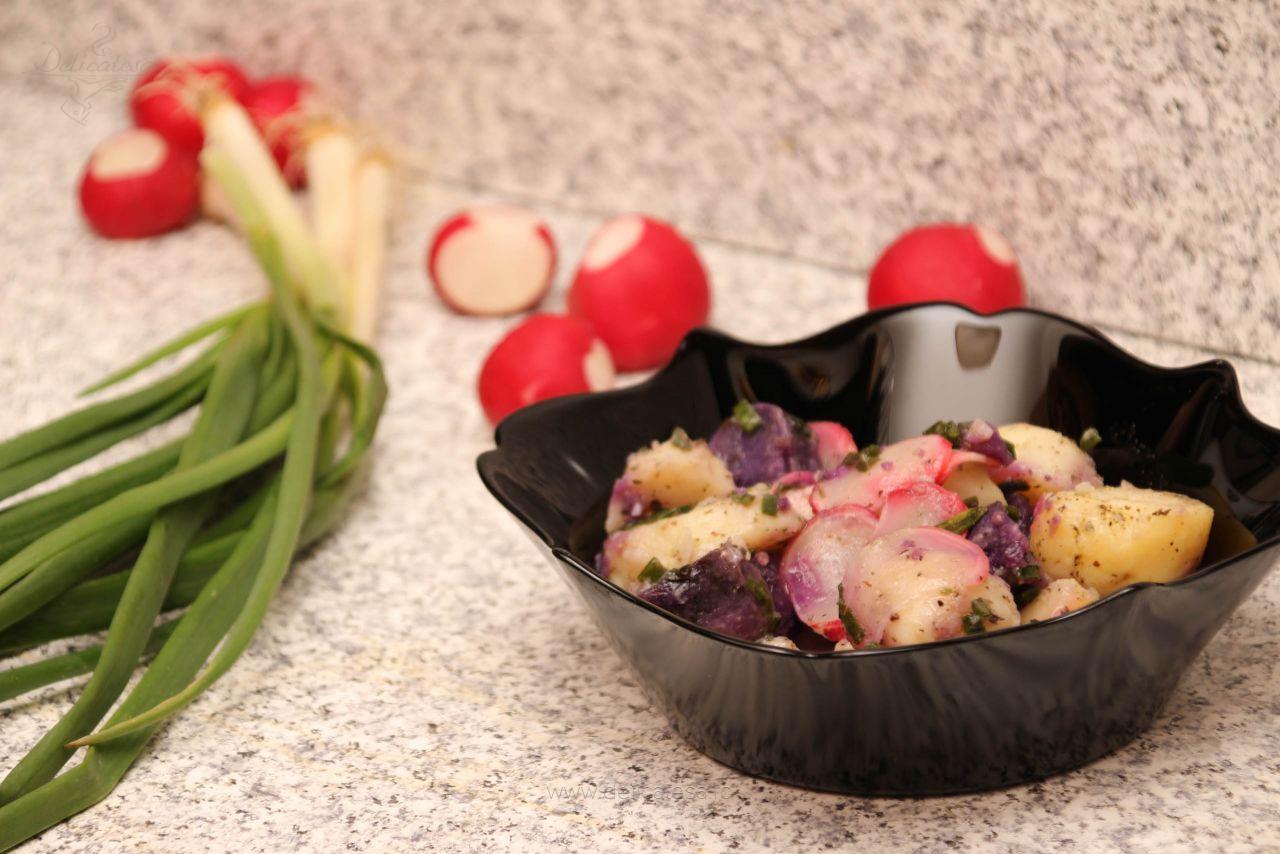 Salată de cartofi violet cu ridichi
